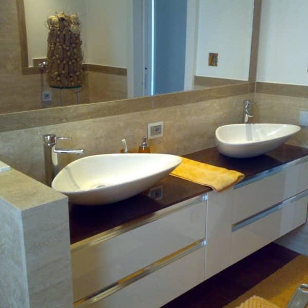 bagno in marmo travertino classico